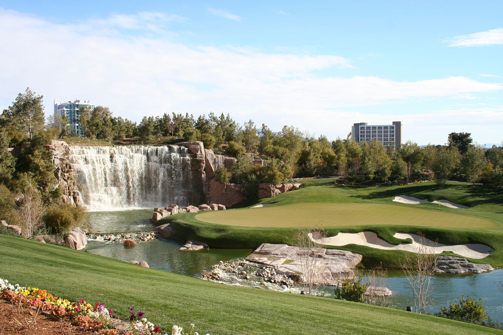 Golfcourse waterfall